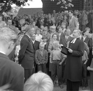 Kyrkoherden David Öhman tar emot Gustav VI Adolf när dennes Eriksgata passerar Surahammar 1955. Foto: Bruksarkivet Surahammar