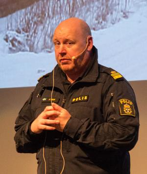 """""""Ungdomarna får onödigt mycket skit"""" tycker polisen Johan Alm."""