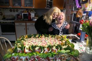 Barnbarnet Anette Källberg överraskade med en gigantisk smörgåstårta.