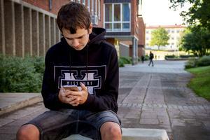 19-årige Mattias Swing får inte använda sin mobil på rasterna.