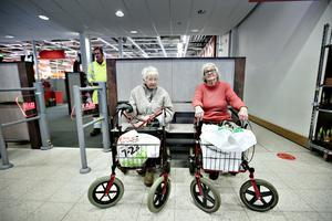 Ann-Marie Lundén och Agneta Persson har tagit sällskap till ICA på tisdagen. Nu vilar de innan de ska gå hem till sitt.