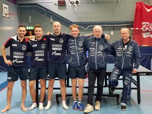 Från vänster: Tom Maynard, Elia Schmid, Axel Abrahamsson, Karl Johnsson och tränarna Ronny Berg och Pär-Yngve Jansson.