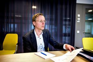 Svante Engelbrektsson vid Kriminalvården. I handen håller han förslaget från 2011 om hur häktet hade kunnat rustas upp som vi har med oss till mötet.