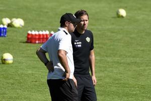 Tränaren Stefan Jörgensen och managern Christer Persson i samtal.