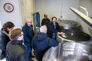 Bengt Mattsson visade runt folk från kommunen och LRF i sitt bryggeri sommaren 2018.