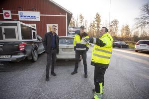 Hans Sörman berättar för Krister Johansson, till vänster i bild, platschef på Infjärdens Värme AB i Tierp, och Per-Ove Johansson, arbetsledare på samma företag varför man mäteri närheten av företaget.