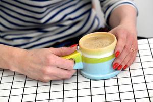 Lisa dricker gärna sitt kaffe ur en kopp av den amerikanske designern Peter Shire. Bord från italienska designkollektivet Superstudio, 1971.Foto: Janerik Henriksson / TT