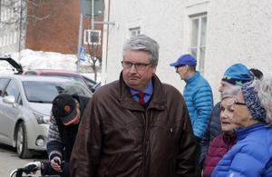 Hans Unander anser att det är bedrövligt att de boende i Sörsjön och Rörbäcksnäs ska behöva åka miltals för att  hämta paket.