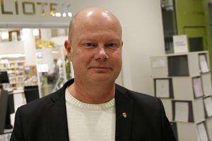 Kommunchef Nicklas Bremefors är orolig över att miljonerna fortsätter rulla ur kommunkassan.
