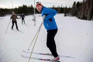 Magnus Viklund och hans fru Mia passar på att skida bort julmaten på Bondsjöhöjdens skidspår.