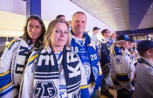 På plats på Norra stå. De inbitna LIF-fansen Kristina Hjemli (i mitten) och Dennis Eriksson träffade hockeyvännen Vanja Lindholm-Paananen på hemmastå i Tegera arena.