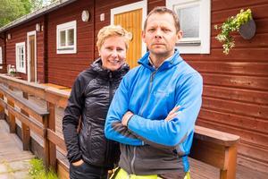 Susanne Brunnsberg och Mikael Jonasson framför sitt sommarcafé. Förra året regnade sotflagorna över byn vid den här tiden. Nu regnar det bara, vilket välkomnas av båda.