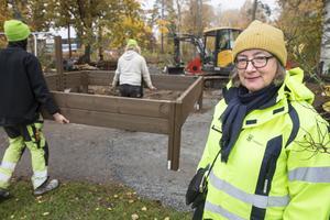 En ny sandlåda ställs på plats vid lekplatsen Drevkarlen på Södra Gryta. Marianne Holgersson, landskapsarkitekt, säger att upprustningen kostar runt en miljon kronor per lekplats.