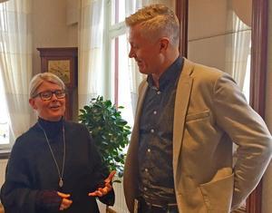 – Det ska vara en låg tröskel för att komma igång. Det kan räcka med att äta enkelt tillsammans. Då hoppas vi att det kan ge mersmak, säger Lovisa Fältskog Johansson, projektledare för Öppnadörren, i samtal med Anders Hagström (KD), ordförande Örebro kommuns i vuxenutbildnings- och arbetsmarknadsnämnd.