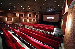 I biosalongen ser man live på bio med perfekt ljud och bild.