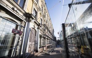 Stadshuset har klätts i byggnadsställningar för att renoveras både in- och utvändigt för 60 miljoner kronor.