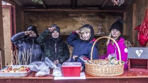Alvin, John, Gry och Saga från scouterna i Norberg sålde lite smått och gott, exempelvis kanderade äpplen (som de hoppades att ingen skulle köpa, så att de kunde få äta dem istället).