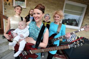 Suzy Rowan, från vänster: Maya Engberg, Jon Bäcklund, Magdalena Enlöf, Cecilia Solfeldt och Anna Staffansson. Längst fram; Magdalenas son Folke.