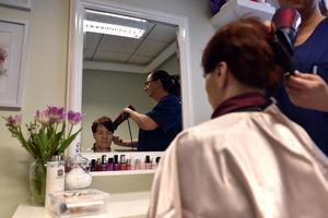 Gunilla Hermansson, som arbetar på Grindstugan, fixar Birgitta Sisells hår.