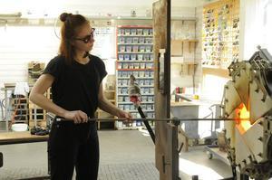 Frida Lundén i färd med att skapa sin glaskonst. Foto:  Det Kongelige Danske Kunstakademi i Nexø.
