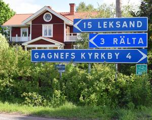 Just nu står föräldrar i Djura inför ett vägval, ska de skicka sina skolbarn till Leksand eller Gagnefs kyrkby?