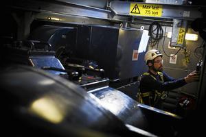 Servicepersonal är en bristvara och det kommer att bli värre. Vi önskar att fler ungdomar söker sig till det, säger Hans Carlsson, vd på Siemens Gamesa Renewable Energy i Sverige. På bilden arbetar en servicetekniker vid Högbergets vindkraftpark. Foto: Arkiv.