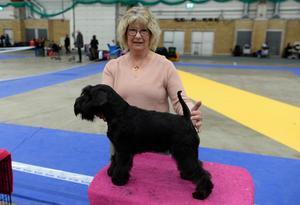 Ulla Eriksson med hunden Kelly som kom trea i klassen bästa tik.