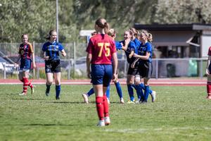 Nathalie Edqvist klappas om efter sitt mål.