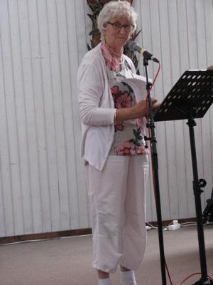 Anita Näslund, mångårig lärare, berättar om Alice Tegner och vi sjunger hennes sånger i kyrkan på Solbacken.