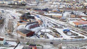 Banverkets verksamheter och spår, i och intill östra lokstallet i förgrunden på bilden, behöver flyttas – om visionen om en ny stadsdel på gamla SJ-området ska bli verklighet.