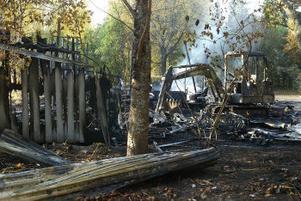 Branden, som misstänks vara anlagd, skapar praktiska problem för kyrkogårdsarbetarna i Mjösund. För att klara verksamheten kommer de tvingas hyra och låna maskiner.