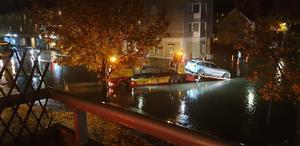 Hyttgatan på lördagskvällen 19 oktober. Bärgning av en vattenskadad bil. Bild: Läsarbild