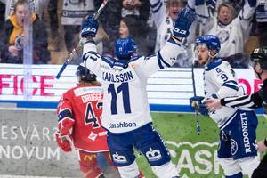 Martin Karlsson och Emil Bemström firar matchens första mål. Foto: Daniel Eriksson/BILDBYRÅN