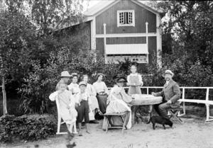 Familjen Larsson samlad vid middagsbordet.