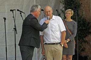 Kommunalrådet Mikael Peterson och oppositionsrådet Madelene Fager delade ut flaggor till årets lotterivinnare. Hans Westholm var en av de nyblivna flaggägarna.