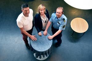 Säkerhetssamordnare Ola Abrahamsson, kommunalråd Anna Hed (C) och kommunpolis Johan Hed på plats i biblioteket där de anordnade en medborgardialog.