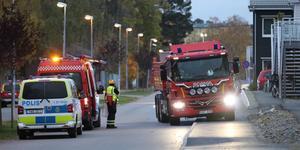 Radhusbranden på Salsavägen ska ha börjat utanför fastigheten, tror polisen. Foto: Brottsplats Sthlm