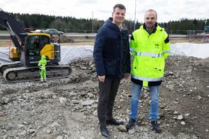 Pontus Werlinder (till vänster), tillförordnad vd för Telge bostäder och projektledaren Roger Sandqvist besökte nyligen lägenhetsbygget i Hölö där 27 nya bostäder är på gång.