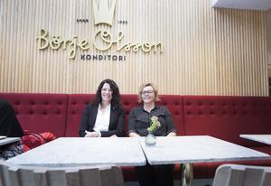 – Det är jättekul att Facebook finns här! Det är ett starkt varumärke och skapar arbetstillfällen, säger Gunilla Ahlqvist (till vänster). Hon och Camilla Isaksson tycker att det blivit en mer internationell känsla i staden sedan Facebook flyttade dit.