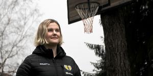 När Agnes Mattsson var elva år såg hon till att skolgården i Vittinge fick både en stor gunga och en asfalterad basketplan. Idrott är fortfarande ett stort intresse, och hon varvar högskolestudierna med innebandy då hon är målvakt i IBK Sala.
