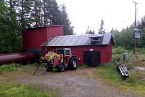 Kraftverket i Tensberg har stor lokal nytta, anser både ägaren Hans Johansson, och hans ombud Walter Johansson. Foto: Hans Johansson