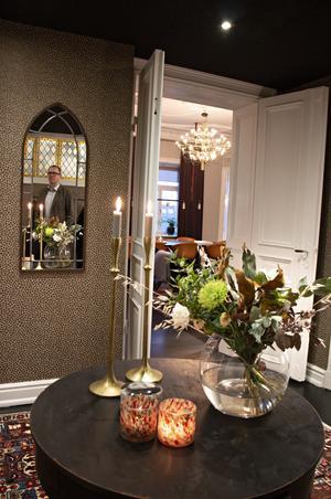 Hallen är ombonad och välkomnande. På bordet står alltid en bukett med färska blommor.