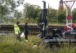 Här kontrolleras marken av Anders Flumé och Magnus Lövström, som arbetar åt ett företag från Umeå.