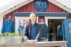 Sofia Ljung har klädbutiken Emma och Malena med sina marininspirerade mönster. Årets mönster är svan och fjädrar, berättar hon.