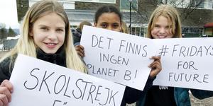 Sandra Lundberg, Semret Tesagai och Elsa Granlund från årskurs sex med varsitt plakat.