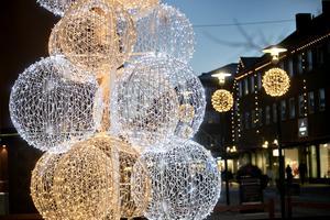 Bollgranen på Drottningtorget går i samma stil som vinterbelysningen efter gågatan.