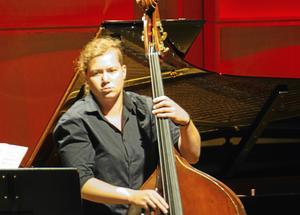 Malin Höglund – kontrabasist med både scenisk och musikalisk talang. I höst lämnar hon Nordiska Kammarorkestern tillfälligt för ett långvikariat i Oslo. Men först ska hon tävla mot internationellt motstånd vid en kontrabastävling i Italien.