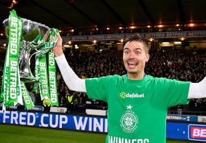 Mikael Lustig med pokalen. Bild: CelticFC/Twitter.