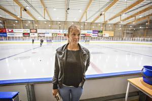 Tina Hedqvist, dåvarande ordförande i VG Hockey, vid en av lagets sista träningar.