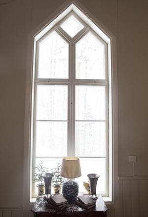De vackra fönstren släpper in mycket ljus.